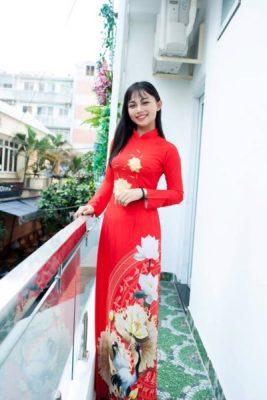 Vigo chuyên cho thuê áo dài đa dạng mẫu mã, màu sắc phong phú sẽ là  lựa chọn phù hợp cho quý khách. Mẫu áo dài hoa sen là một ví dụ
