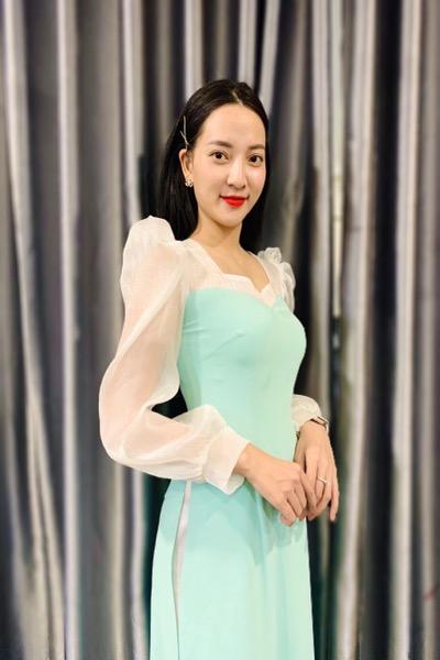Áo dài xanh min là một lựa chọn khá hay cho các nàng phù dâu yêu thích sự nhẹ nhàng pha chút thuỳ mị. Đến với Vigo để thử chiếc áo này nhé